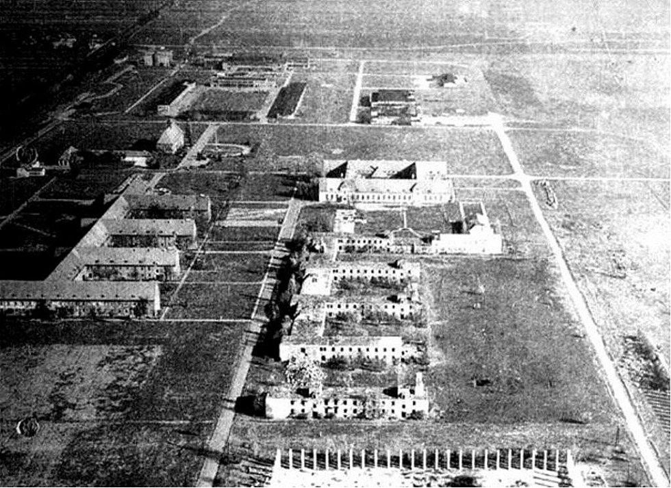 Letiště Tulln u Vídně na jaře 1945. Takto rozbombardované ho zahlédl devatenáctiletý pilot žák Fritz Mayer, než se vydal na svůj poslední let.