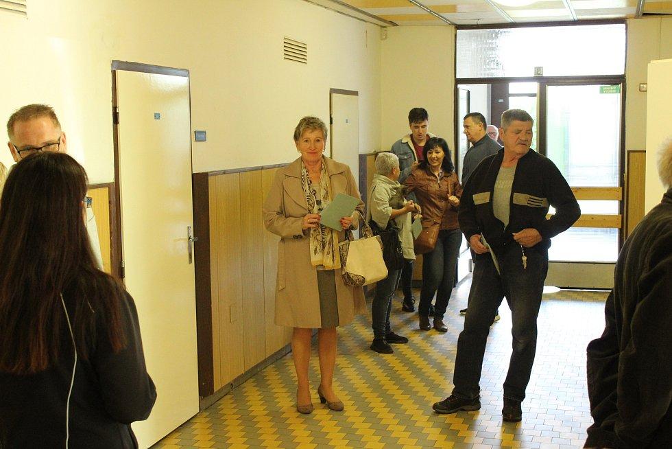 Volební místnost na Základní škole v Cihelní ulici v Bruntále. Na chodbě před volební místností čekali lidé.