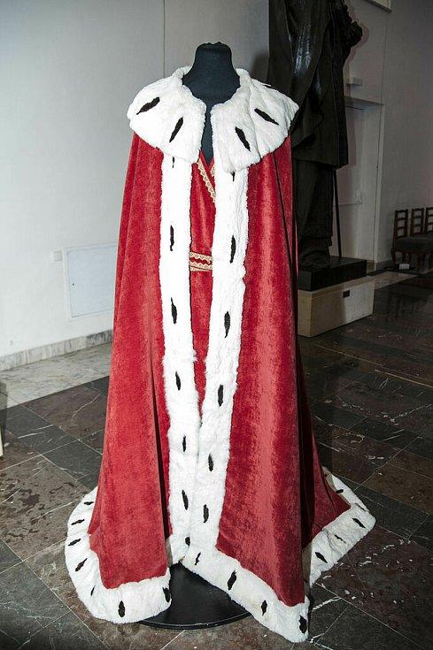 Mistrovská replika korunovačního pláště českých králů. Byl lemovaný hermelínem ze zimní kůže hranostajů. Každá černá skvrnka představuje ocásek jednoho hranostaje.