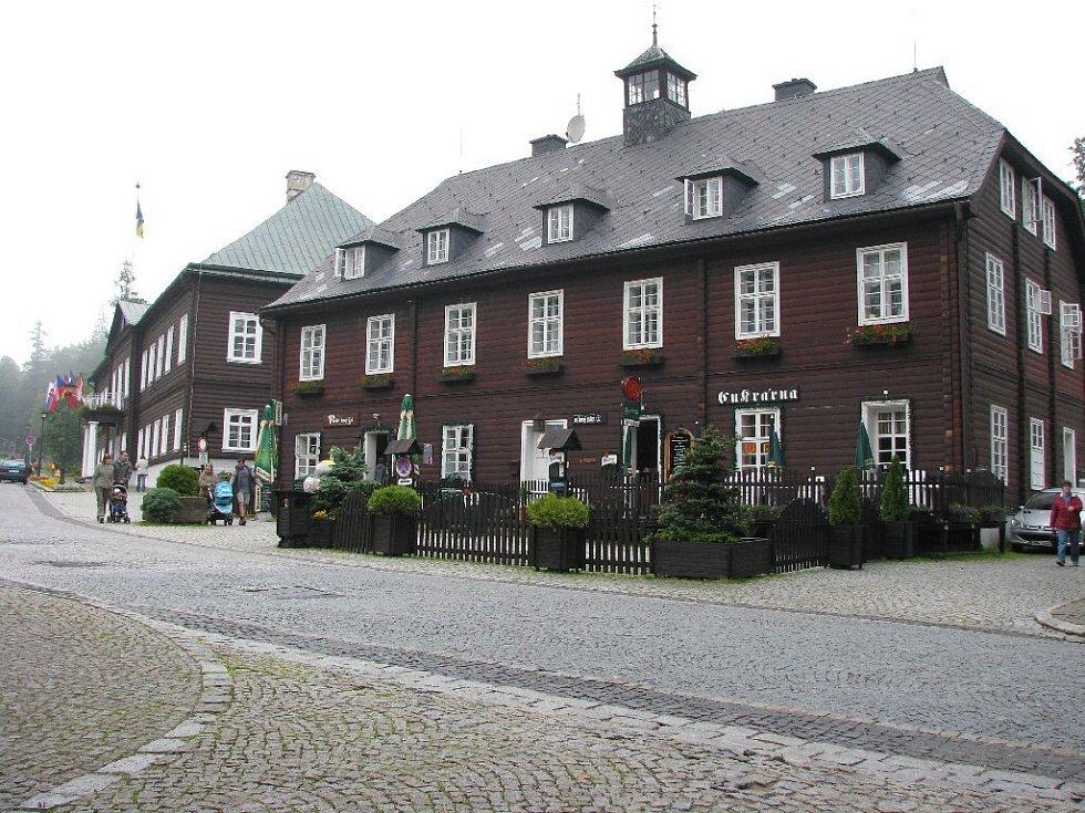 Na snímku takzvaný Věžový dům. Tady v restauraci pod věží sedával kdysi i prezident Václav Havel, když byl v lázních Karlova Studánka na léčení.