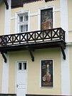 Fasády některých domů jsou doplněny obrazy. Tento je na lázeňském domě Bezruč.