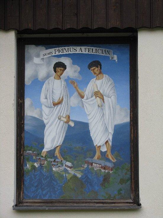 Fasády některých domů jsou doplněny obrazy.