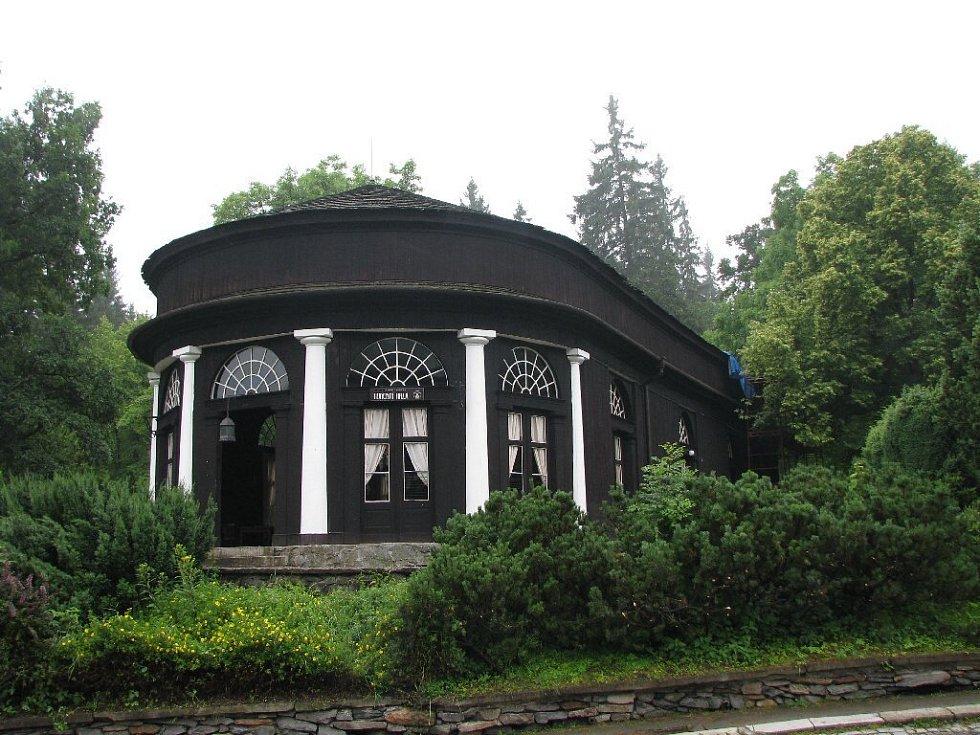 Lázně Karlova Studánka v srdci Jeseníků patří svým klimatem, umístěním v krásné přírodě i okouzlující architekturou k těm nejpůvabnějším v České republice.