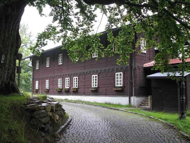 V tomto romantickém domě se v Karlově Studánce nachází mateřská škola.