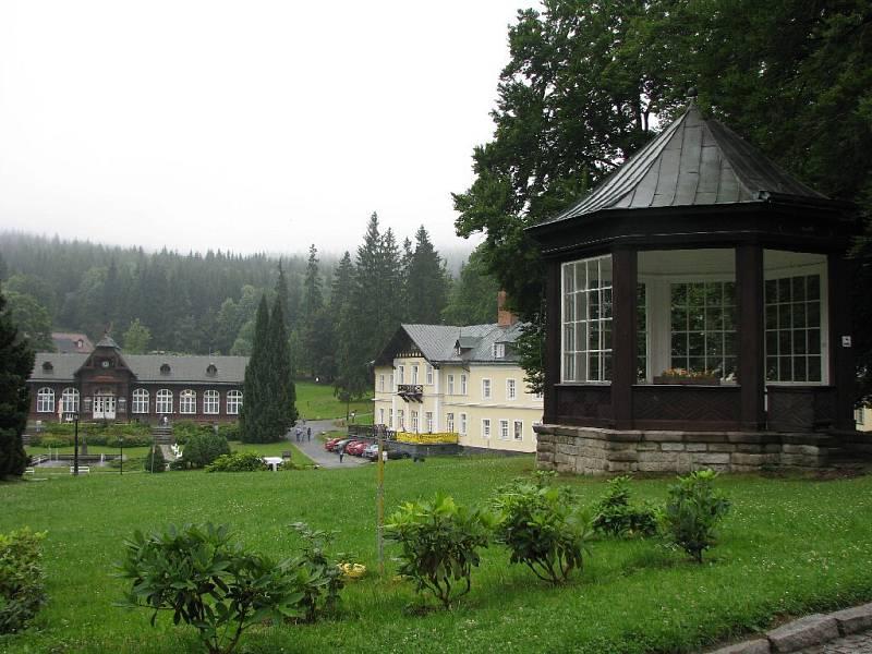 Na snímku vlevo budova Letních lázní, uprostřed lázeňský dům Bezruč, vpravo pavilonek před lázeňským domem Libuše.