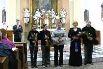 Na závěrečné děkovačce v kostele svatého Benedikta je zleva Veronika Keclíková, Lenka Honková, Eduard Müller, Lada Soukupová a František Šmíd.
