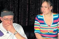 Luboš a Sandra neboli Miloslav Kadlčík a Denisa Strnadová na jevišti v jedné ze scén divadelního představení.