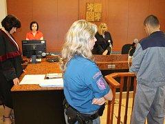 Odsuzující rozsudek si vyslechl ve středu u soudu v Bruntále recidivista Lukáš Tříletý z Moravského Berouna. Vpravo soudkyně Vladimíra Kikerlová, vlevo státní zástupkyně Zuzana Ševčíková.