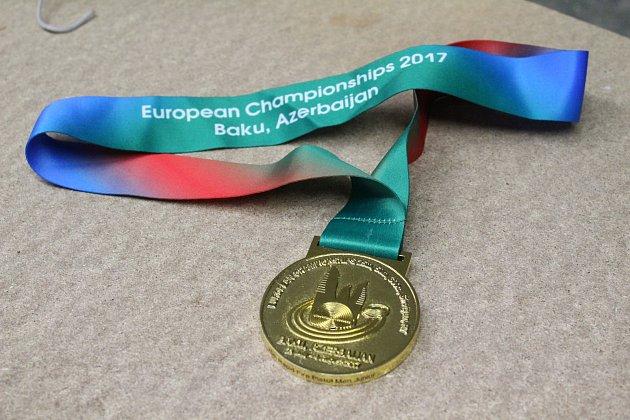 Zlatá medaile, kterou si Matěj zázerbajdžánského mistrovství dovezl.