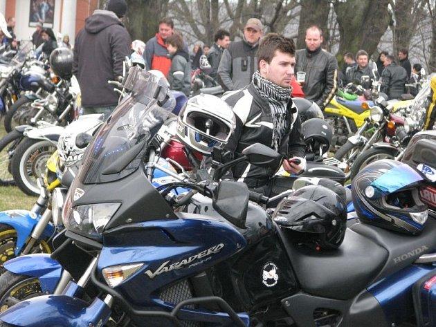 Krnovský motocyklový klub KMK byl založen před deseti lety vlednu 2003.Od loňského roku do motorkářského kalendáře přibylo také jarní žehnání motorek na Cvilíně vpoutním kostele Panny Marie Sedmibolestné.
