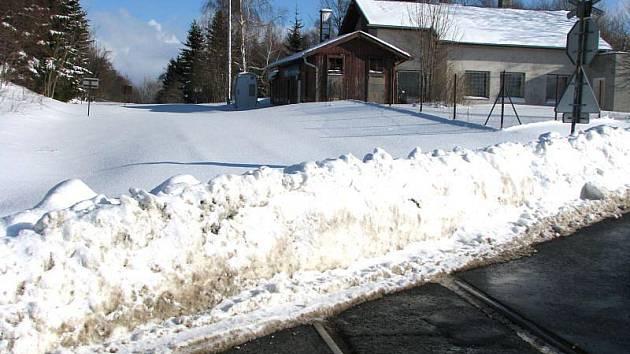 Trať z Bruntálu do Malé Morávky zavála půlmetrová vrstva sněhu.