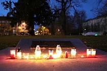 Krnované 17. listopadu zapalovali svíčky u univerzálního památníku obětem válek a násilí.