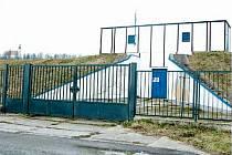 Pozemek pod vodárnou na Uhlířském vrchu v Bruntále je ústředním bodem sporu mezi místními vodohospodáři a společností FOCUS-METAL.