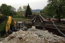 Oprava mostu si vyžádala nejen výluku na železnici, ale také uzavírku Jiráskovy ulice.
