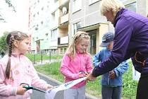 Janička, Terezka a Ondrášek z Mateřské školy U rybníka stříhali pásku k otevření další etapy výstavby sídliště Dolní v Bruntále. Pásku přidržovala učitelka Zuzana Rabiňáková.