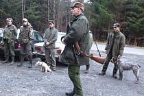 Společný lov začíná nástupem myslivců, honců, psovodů.