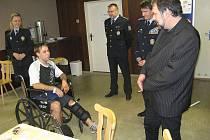 Ministr vnitra Radek John se v sobotu setkal v krnovské nemocnici se čtyřmi hrdiny, kteří zneškodnili při přepadení směnárny lupiče s pistolí a granátem. Předal jim ocenění za statečnost.