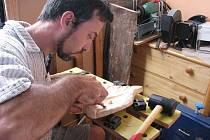 Pětatřicetiletý Jan Zháněl z Bruntálu poprvé nakouknul do tajů řezbářského řemesla před desíti lety. Díky pochopení manželky a své rodiny vyřezává poutavá díla dodnes.