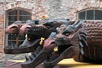 Tříhlavého draka dlouhého deset metrů, který chrlí oheň, mohou vidět návštěvníci Pradědovy Galerie U Halouzků v Jiříkově u Rýmařova.