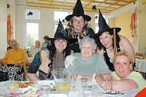 Rej čarodějnic si klienti Domova pro seniory Krnov užili společně s jejich pečovatelkami.