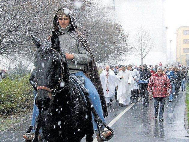 Svatý Martin v roce 2007 překvapil. Přivezl sice sníh, ale místo na bílém koni přijel do Krnova na vraníkovi v modrých džínech.