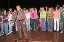 V říjnu 2008 krnovský dívčí sbor Ars Voce s dirigentem Kamilem Trávníčkem dělal Karlu Gottovi předskokana v krnovském divadle. Gott se v Krnově rovněž představil jako malíř.