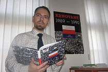 Branislav Martinek ředitel archivu, představuje novou knihu Revoluce objektivem – Krnované 1989/90, na které se podílel jako spoluvydavatel. Uvedení této knihy na pulty knihkupectví provází také plakát.