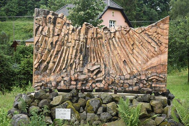 Turisty láká do Meziny Lávový proud, který vytvořila Venušina sopka, iten dřevěný, který vyřezal František Nedomel zmodřínu.