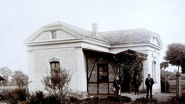 VEDOUCÍ NSDAP v Bruntále inženýr Schmelzle ve společnosti místních funkcionářů před lazaretem, ženy na snímku byly zaměstnány u továrníka Macholda.