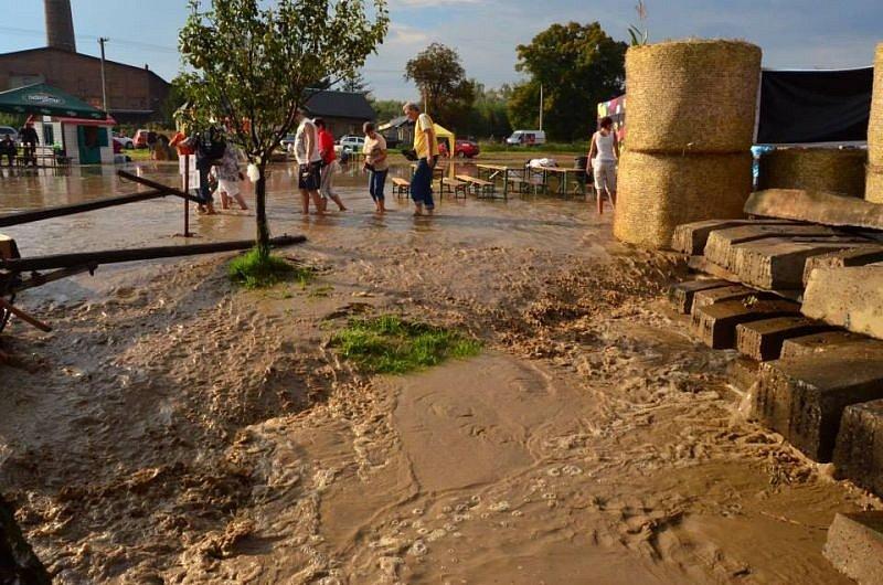 Trmantický potok, který do Krnova přitéká z Polska, o víkendu znovu dokázal, jak snadno se umí změnit v řeku. Organizátoři Dožínek museli akci ukončit ještě před závěrečným koncertem kapely Neřeš.