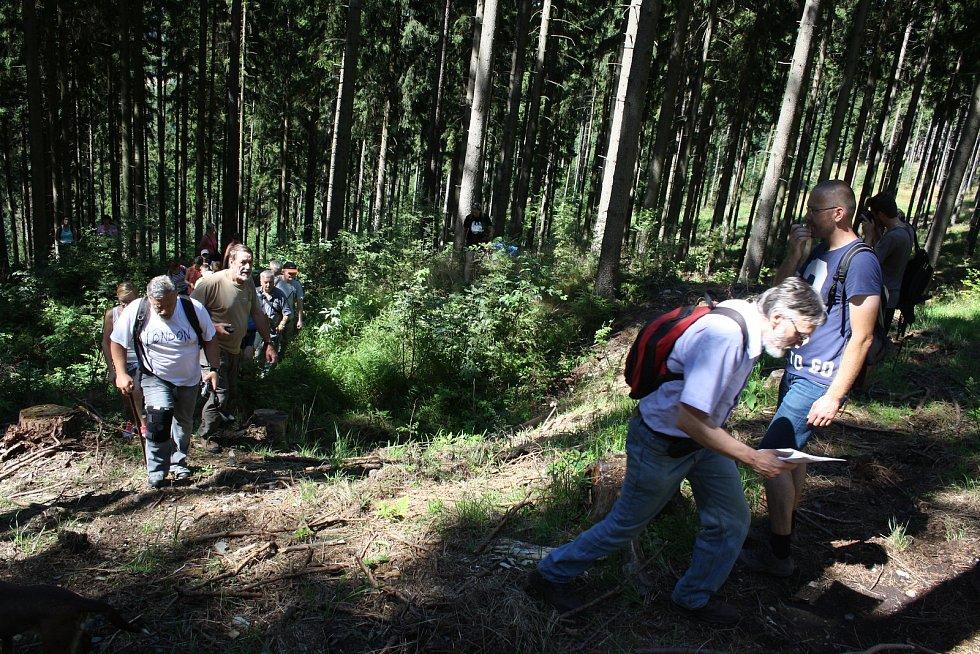 VÝPRAVA za středověkými důlními díly vede neprostupným terénem. Bez odborného výkladu  laik v lese nic zajímavého neuvidí.