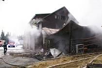 Požár zachvátil zrána va čtvrtek 4. prosince horskou chatu Barborka v Jeseníkách.