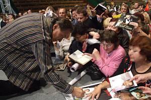 Karel Gott byl po každém koncertu obklopen věrnými fanoušky.