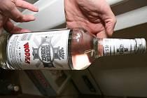 Neoznačený alkohol, který policisté objevili v jedné vesnici na Krnovsku.