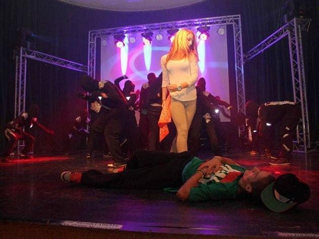 Tanečníci z Calipsa spolu s Posledním výstřelem a havířovskou kapelou Nebe vystoupili na Tornádo festu. Díky nim se podařilo získat osm tisíc pro rodinu poškozenou tornádem.