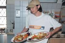 Řízky voňavé, šťavnaté a oku lahodící nachystali kuchaři na každém ročníku Festivalu řízků v Malé Morávce a Karlově.