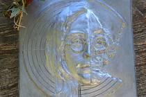 Křest nové pamětní desky Johna Lennona, ujal se ho sám její autor, kravařský sochař Max Jarosch.