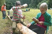 Ve volných chvílích si táborníci vytesávali z kmene stromu nový totem.