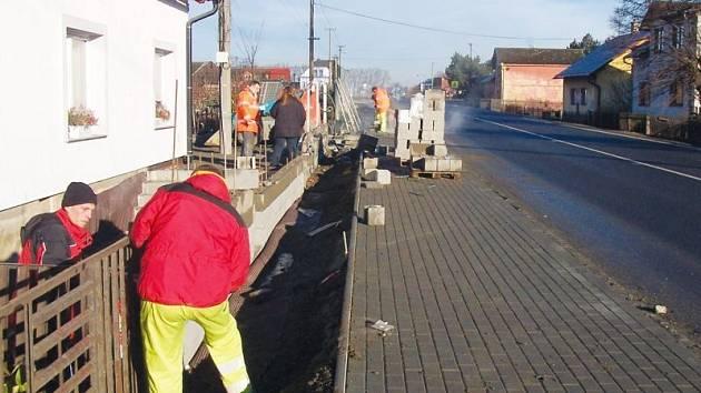 Pracovníkům firmy Silnice Morava při stavebních pracích v Úvalně velmi pomohla mírná zima. První etapa by měla skončit v květnu, příští rok přibudou chodníky i na opačné straně silnice.