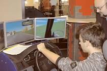 Simulace jízdy autem připomínala spíše dobrou počítačovou hru. A přitom se využívá na výuku autoškoly. Důkaz, že i učení může být zábavné.