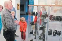 Linhartovský zámek je místem, kde se může veřejnost seznámit se sbírkou fotoaparátů, kamer, stativů a podobné techniky ze sbírek Lubomíra Wolfa. Čestné místo mezi exponáty má legendární dvouoká zrcadlovka Flexaret, která převáděla obraz na matnici.