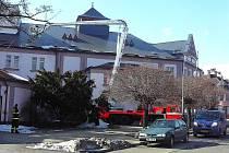 Zícený komín na střeše městského divadla pomáhali odstranit hasiči.