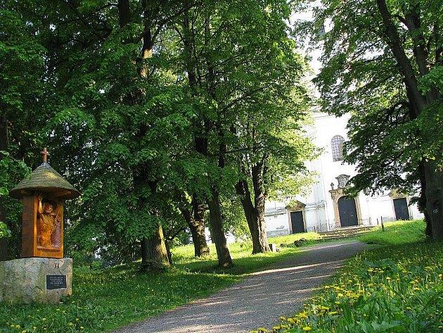 Uhlířský vrch v Bruntále s křížovou cestou řezbáře Františka Nedmolela v lipové aleji je oblíbeným místem procházek pro lidi místní i návštěvníky města.