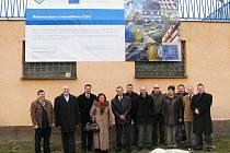 Zástupci města Krnova v čele se starostkou Renatou Ramazanovou (uprostřed) se sešli se zástupci sdružení firem Arko Technology ŽSD a čtyř subdodavatelských firem z Krnova, aby přímo v areálu čističky slavnostně rekonstrukci zahájili.