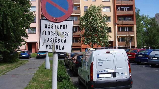Hasičům komplikují zásah také špatně parkující motoristé, jak ukázaly páteční kontroly. Snímek ukazuje, jak vypadala situace v ulici Budovatelů v Krnově.