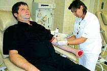 Darovat krev se rozhodli kolegové jedné firmy z Horního Benešova.