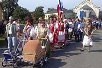Dožínkový průvod o víkendu prošel Slezskými Rudolticemi od kostela k zámku. Obnovená tradice má co nabídnout místním i turistům.