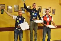 Nejlepší cyklisté na Cedule Cupu. Na nejvyšším stupínku uprostřed vítěz Vítězslav Šimon, na druhém místě Daniel Rychta a třetí skončil Tomáš Karmelita.