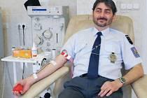 Petr Petrák patří mezi krnovskými celníky k prvodárcům. Přidal se ke zkušenějším kolegům, kteří se rozhodli společně darovat krev v bruntálském transfuzním centru. Doufají, že jejich akce bude inspirovat i ostatní.
