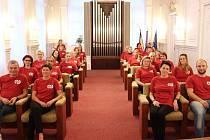 """Návštěvníci radnice potkávali úředníky ve stejném červeném tričku, které si oblékli na podporu kampaně """"Na úřad bez auta""""."""